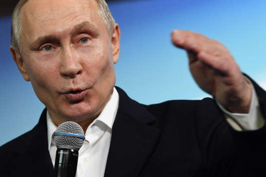 Le président Vladimir Poutine s'exprime devant son équipe de campagne.