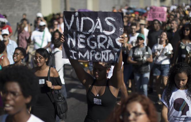 Une pancarte «Les vies des Noirs comptent » (en portugais) pour soutenir la militante qu'était Marielle Franco, à Rio de Janeiro, dimanche 18 mars.