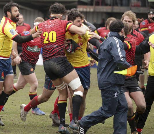 Les joueurs espagnols (en jaune) s'en prennent à l'arbitre roumainVlad Iordachescu, après leur défaite contre la Belgique, le 18 mars 2018 à Bruxelles.