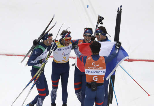 Les relayeurs français fêtent leur première place, dimanche 18 mars, à Pyeongchang.