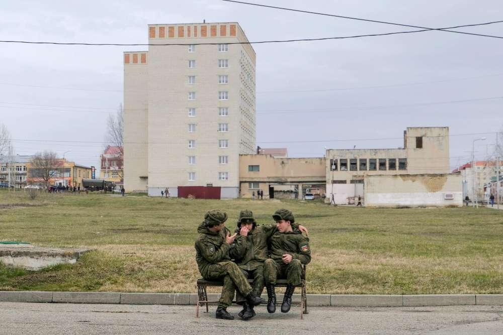 Des militaires devant un bureau de vote à Stravopol.