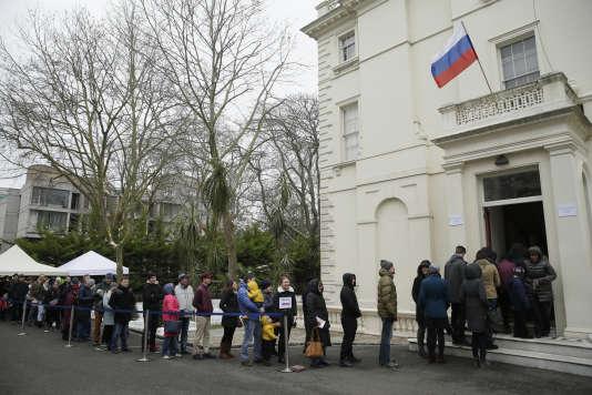 La file d'attente pour voter à l'ambassade de Russie à Londres, dimanche 18 mars.