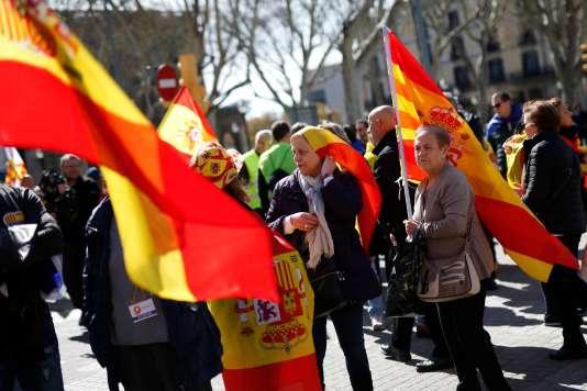 Dimanches 18 mars, des milliers d'anti-indépendantistes ont parcouruBarcelone en brandissant les drapeaux de l'Espagne, de la Catalogne et de l'Union européenne.