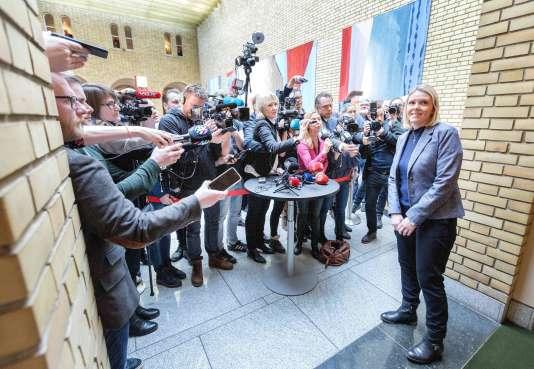 Le 15 mars, Sylvi Listhaug s'adresse aux médias, au Parlement norvégien, à Oslo.