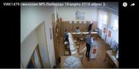 Dans un bureau de vote de Moscou, une femme glisse plusieurs bulletins dans une urne, le 18 mars 2018.