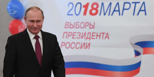 Presidential candidate, President Vladimir Putin votes at a polling station during Russia's presidential election in Moscow on March 18, 2018. / AFP PHOTO / POOL / Yuri KADOBNOV