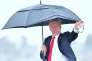 Le président étasunien Donald Trump arrive sous la pluie à l'aéroport de Los Angeles, en Californie, le 13 mars.