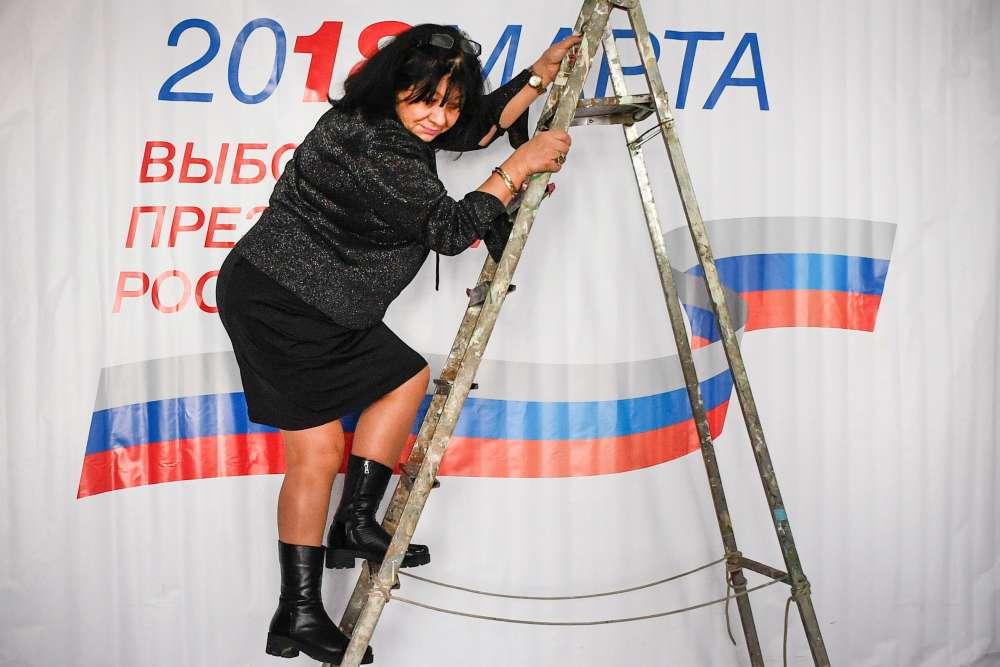Dernier préparatifs avant l'ouverture d'un bureau de vote moscovite, samedi 17 mars, veille du scrutin.