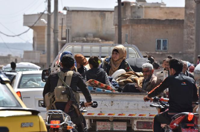 Des habitants d'Afrin en fuite.