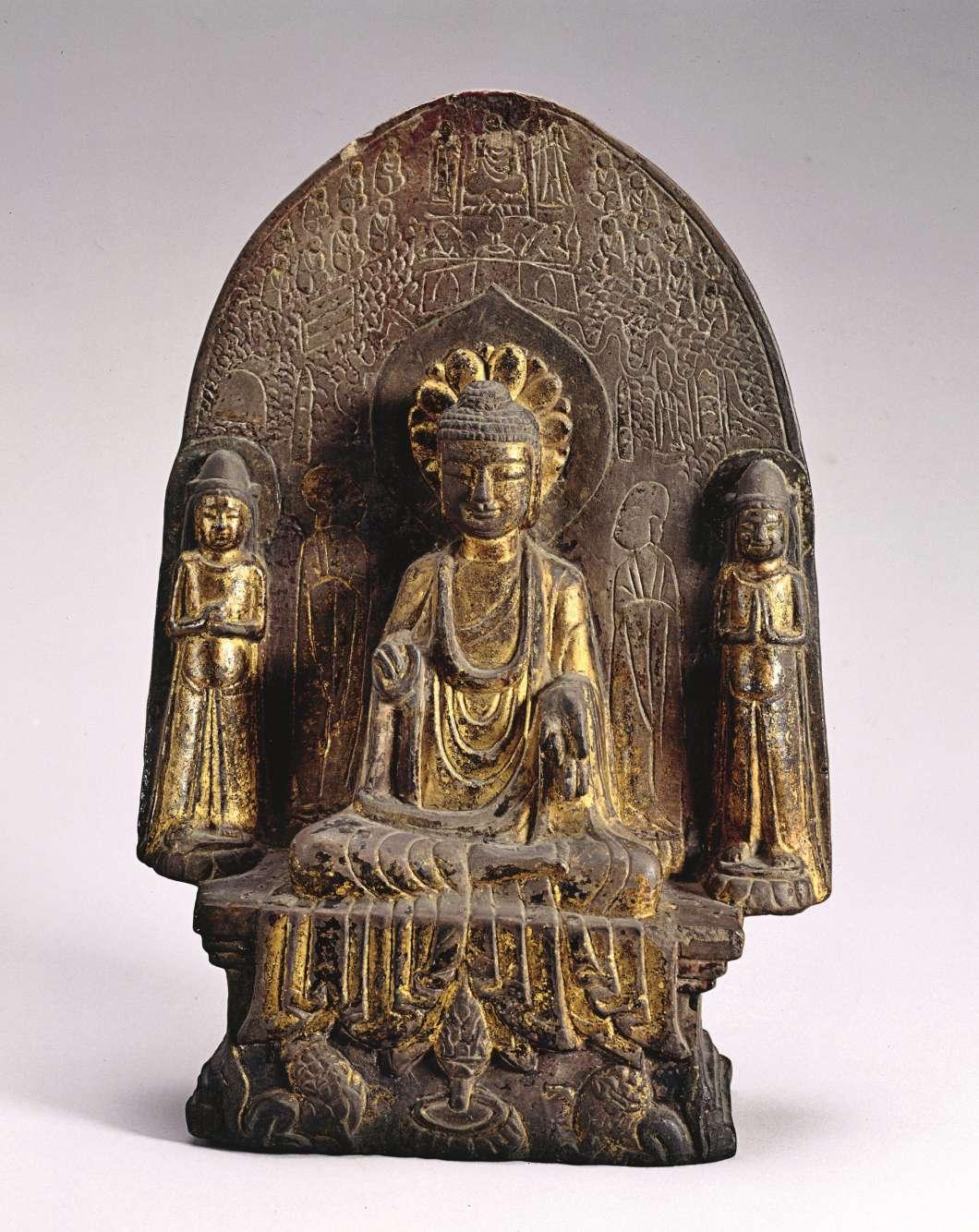 «L'arrivée du bouddhisme en Chine transforme la culture du parfum. Sur cette stèle figurent cinq personnages – un bouddha, deux disciples et deux bodhisattva. Au pied du bouddha se trouve un brûle-parfum : son corps et son couvercle ont la forme d'une fleur de lotus sur le point d'éclore.»