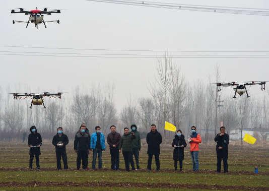 Des agriculteurs chinois s'entraînent au pilotage de dronesdans la province de Hebei.