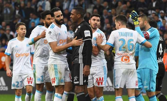 Fin de match tendue au Vélodrome entre le Marseillais Adil Rami et le Lyonnais Marcelo.