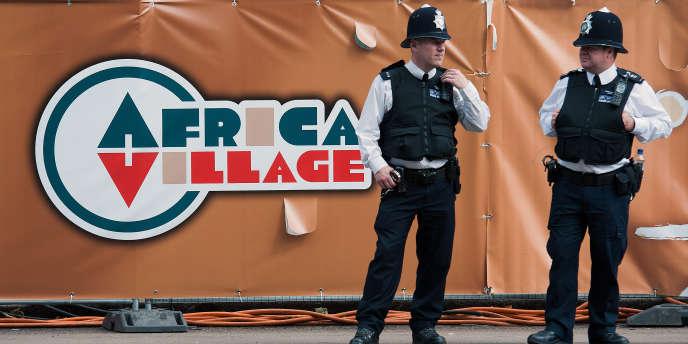 Des policiers britanniques devant le village africain des Jeux olympiques de Londres, en août 2012.