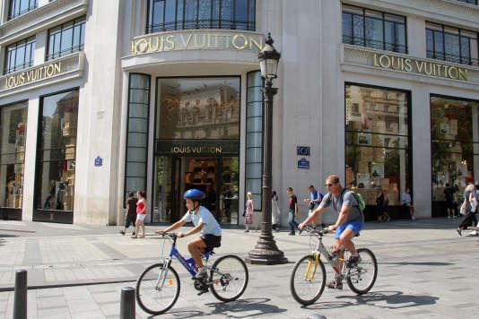 A Paris, les commerces peuvent ouvrir le dimanche dans les « zones touristiques internationales», comme l'avenue des Champs-Elysées.