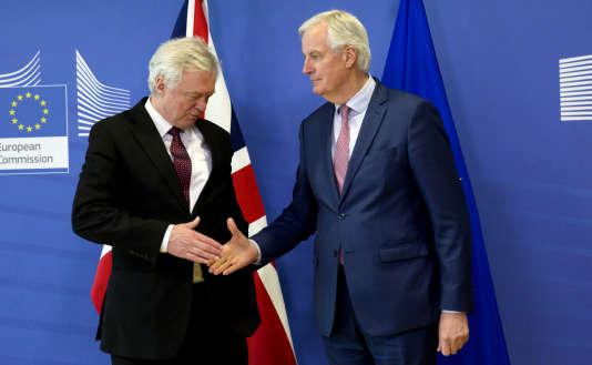 David Davis, secrétaire d'Etat britannique à la sortie de l'Union européenne (UE), et Michel Barnier, négociateur en chef de l'UE, le 19 mars à Bruxelles.