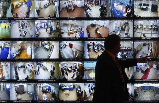 Contrôle des opérations de vote au siège de la commission électorale, à Moscou, dimanche 18 mars.