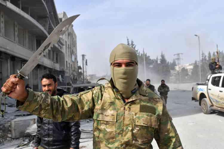 Une fois entrés dans Afrin, combattants syriens et soldats turcs ont rapidement pris pied dans toute la cité, se prenant en photo et paradant à moto pour célébrer leur victoire.