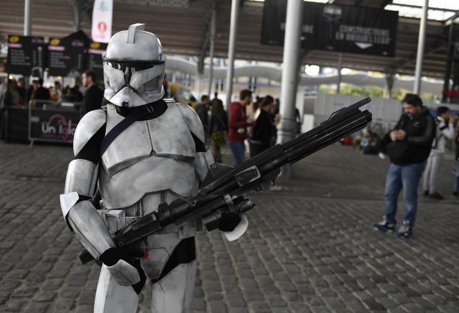 Un visiteur déguisé en personnage de «Star Wars» assiste au festival Comic Con, à la Grande Halle de La Villette, à Paris, le 27 octobre 2017.