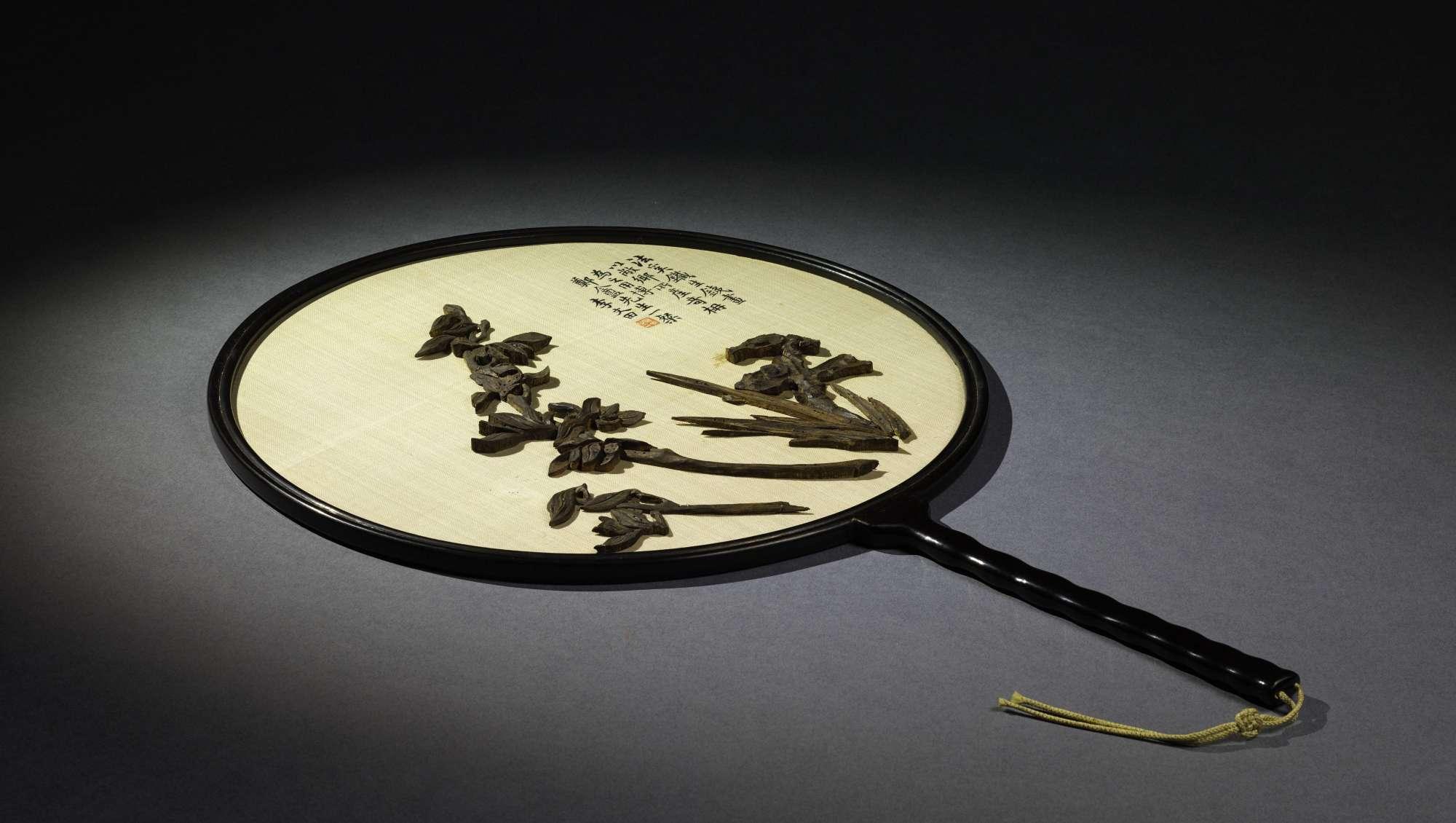 «Le bois d'aigle ou bois d'aloès est sans doute le parfum préféré des lettrés chinois. Généralement consumé dans un brûle-parfum, il est parfois directement sculpté pour créer des objets naturellement parfumés. C'est le cas du délicat décor floral de cet éventail.»