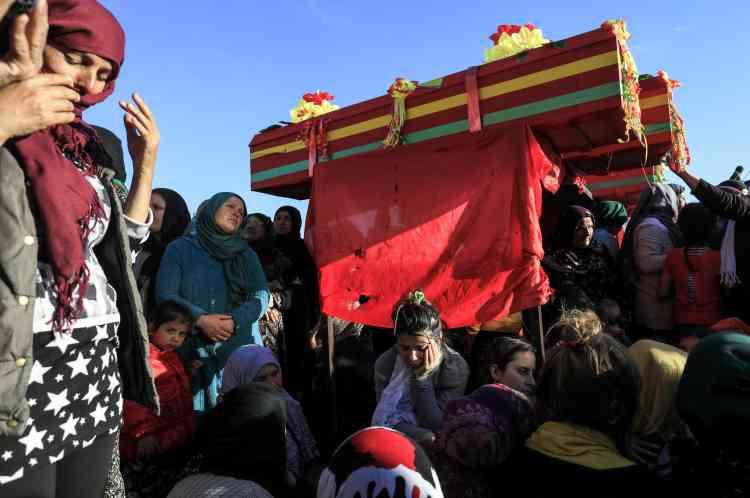 Des Kurdes syriennes pleurent la mort de combattants des Unités de protection du peuple (YPG) à Qamishli.