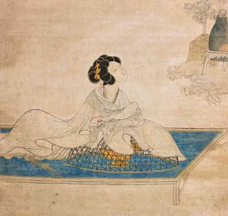 «Cette image poétique d'une jeune femme regardant un perroquet est aussi une représentation très réaliste des usages du parfum dans la Chine ancienne. On avait en effet l'habitude de placer sur les brûle-parfums des cages à fumigations avant d'en recouvrir les vêtements.»