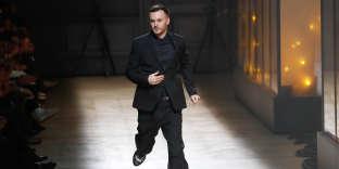 Le designer belge Kris Van Assche lors de la présentation de la collection Automne-Hiver de dior Homme, à Paris, le 20 janvier.