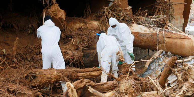 Des sauveteurs cherchent des corps dans la coulée de terre de Freetown, le 18 août 2017, quatre jours après le glissement de terrain qui a tué 1 141 personnes, selon le bilan officiel.
