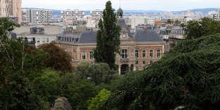 L'hôtel de ville du 19e arrondissement, vu depuis le parc des Buttes-Chaumont, aménagé en 1867 en lieu et place d'une ancienne carrière.