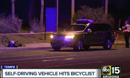 Image extraite d'une vidéo montrant la police enquêtant sur le lieu où une piétonne a trouvé la mort, renversée par un véhicule autonome Uber à Tempe (Arizona), le 18 mars.