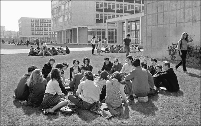 Des étudiants contestataires de la faculté des lettres et des sciences humaines de Nanterre occupent, le 29 mars 1968, leur campus, fermé par le doyen de l'université, Pierre Grappin.