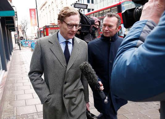 Alexander Nix, directeur opérationnel de Cambridge Analytica, devant le siège de l'entreprise, à Londres, le 20 mars.