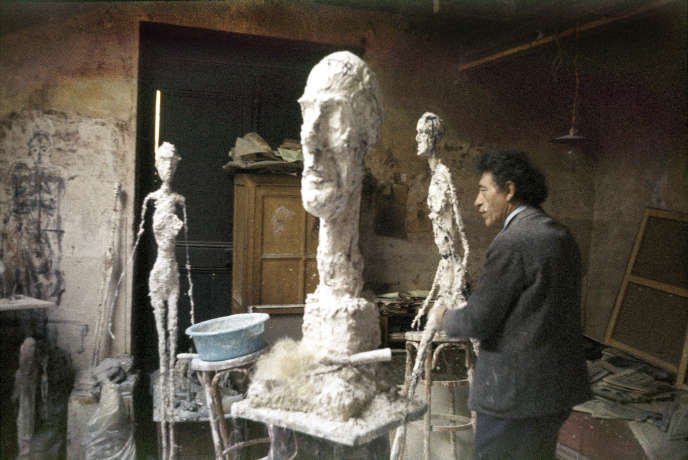 Alberto Giacometti dans son atelier en 1960, photographié par Ernst Scheidegger.