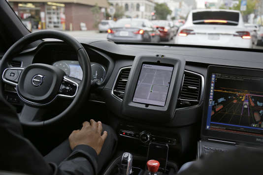 Véhicule autonome Uber lors d'un essai sur route, à San Francisco (Californie), en décembre 2016.