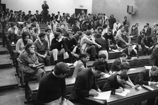 Les étudiants tiennent une réunion dans une salle mise à leur disposition par le doyen Pierre Grappin, le 1er avril 1968, à la faculté de Nanterre. Le doyen a ordonné la fermeture de la faculté quelques jours auparavant à la suite de l'occupation des locaux par des étudiants, qui ont créé le «Mouvement du 22 mars».