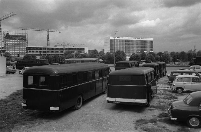 Des cars de police stationnent à l'extérieur de la faculté des lettres de Nanterre fermée le 3mai1968 par le doyen, Pierre Grappin, à la suite des manifestations qui ont troublé la vie universitaire durant les semaines précédentes.