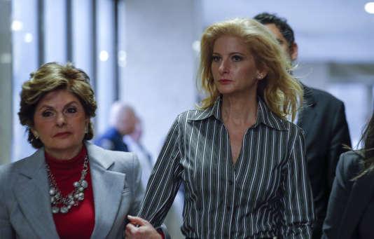Summer Zervos, accompagnée de son avocate Gloria Allred, devant la Cour suprême de New York en décembre 2017.
