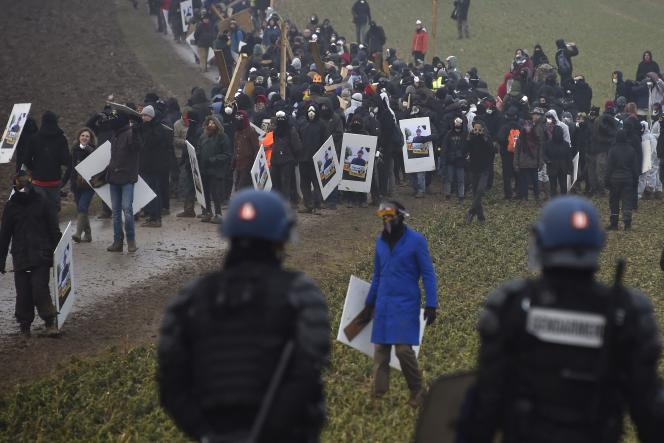 Lors de la manifestation contre le projet d'enfouissement des déchets nucléaires près du bois Lejuc à Mandre-en-Barrois (Meuse), le 3 mars.