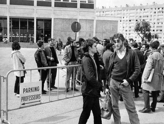 Des étudiants sont rassemblés à l'extérieur de la faculté des lettres de Nanterre fermée le 3 mai 1968 par le doyen Pierre Grappin à la suite des manifestations qui ont troublé la vie universitaire.