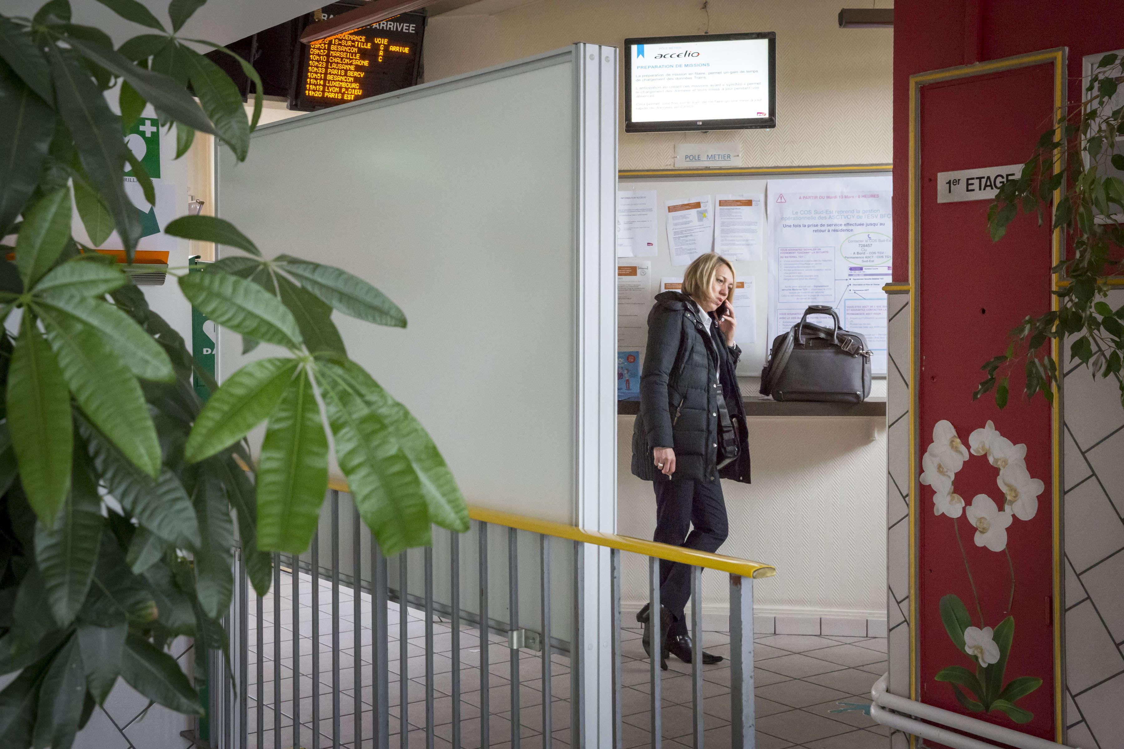 Après un service de près de vingt heures, Frédérique appelle sa fille, après avoir réalisé son versement, c'est-à-dire déposél'argent encaissé dans les trains durant quatre jours, soit 746euros, «une petite tournée».
