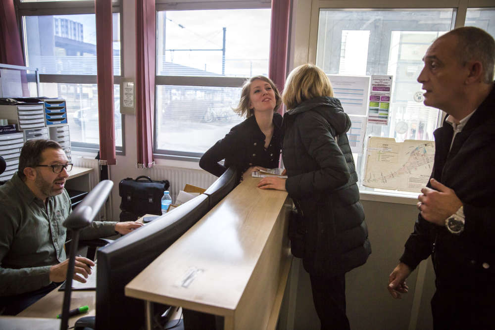 Frédérique (de dos) prend son service au centre opérationel de Dijon (Côte-d'Or) avant de rejoindre Lausanne, en Suisse, le vendredi 16 mars.«Quand on travaille à la SNCF, on passe sa vie à se dire bonjour ou au revoir», souligne-t-elle.