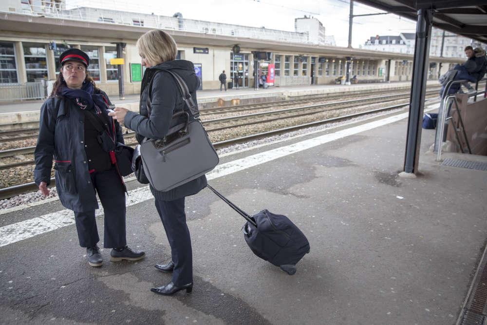 Frédérique traîne toujours derrière elle ses bagages, l'un pour le travail, comprenant notamment un nécessaire de secours, l'autre avec ses affaires personnelles,«le moins possible, pour ne pas se casser le dos».