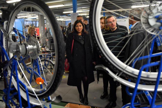 La maire de Paris, Anne Hidalgo, dans l'usine d'Arcade Cycles, à La Roche-sur-Yon, le 19 décembre 2017.