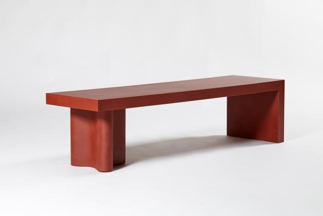 Le banc de la collection« Azo» est né de deux formes assemblées, dans un mélange de résine, sable et béton (Kreo, 2018).