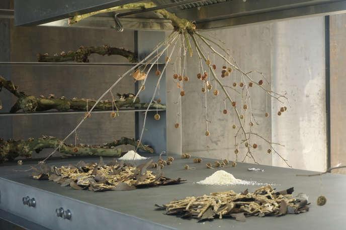 Une performance culinaire réalisée par Anna Burlet, l'artiste aux fourneaux de La Cuisine, lors du vernissage de l'exposition« La Centrale», à Nègrepelisse,le 10 février 2018.