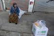 « Une fois de plus, les grandes puissances ont sacrifié un peuple, des civils innocents sur l'autel de leurs seuls intérêts » (Photo: Une femme dans une rue d'Afrin, après avoir reçu des vivres, le 20 mars).