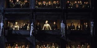 Dans la mise en scène de «Don Carlos» par Christophe Honoré à l'Opéra de Lyon, les condamnés de l'autodafé sont hissés telles de vivantes torchères.