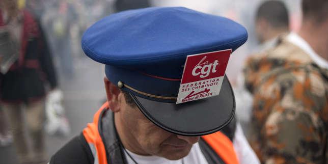Un employé de la SNCF en grève, le 17 juin 2014.