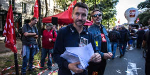 Sadak Souici / Le Pictorium - 21/09/2017 - France / Paris - Olivier Besancenot, Paris, des dizaines de milliers d'opposants a la reforme du Code du travail ont battu le pave, jeudi, dans l'espoir d'inflechir la position du gouvernement. Le nombre de manifestants dans la capitale etait en baisse par rapport a la premiere manifestation. La prefecture de police a recense 16.000 participants, quand les syndicats revendiquent, eux, 55.000 personnes. Or le 12 septembre lors du premier mouvement social, la police avait compte 24.000 manifestants dans la capitale, contre 60.000 pour la CGT. Sadak Souici / Le Pictorium - Manifestation against the labor law in France - 21/09/2017 - France / Paris - Olivier Besancenot, Paris, tens of thousands of opponents of the reform of the Labor Code have beaten the pavement Thursday in the hope of changing the position of the government. The number of demonstrators in the capital was down from the first demonstration. The prefecture of police counted 16,000 participants, when the unions claimed 55,000 people. However, on 12 September during the first social movement, the police had counted 24,000 demonstrators in the capital, against 60,000 for the CGT.