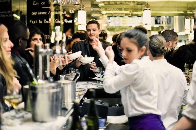 Ambiance espagnole chez Déviant, qui arbore en son centre un comptoir en fer à cheval où se pressent les clients.