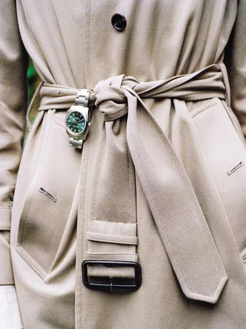 Montre Oyster Perpetual 34, cadran avec calques, lunette lisse, bracelet Oyster, ROLEX. Trench en coton, Margaret Howell.